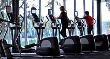 trening-nalacno-aky-ma-vplyv-na-rast-svalov-a-palenie-tukov