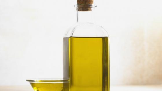 kokosovy-olej-alebo-olivovy-olej-ktory-je-lepsi-na-varenie-a-pecenie